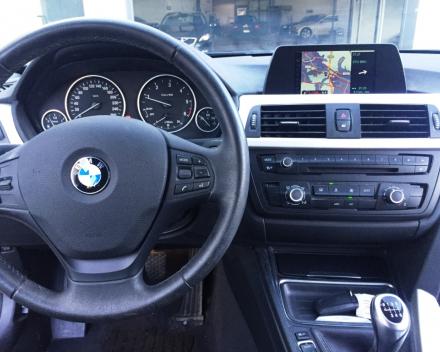 """VERKOCHT BMW 318D TOURING  * LEDER * NAVIGATIE + KLEURSCHERM * PDC * 19"""" BREEDSETVELGEN * CRUISECONTROL * GARANTIE"""